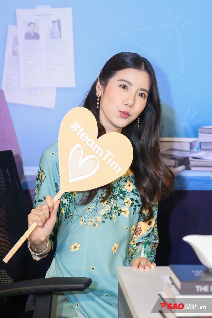 Esther Supreeleela diện áo dài cực đẹp, đội thêm nón lá khi giao lưu với fan Việt Nam ảnh 4