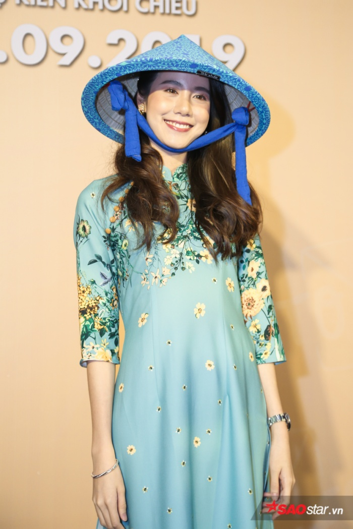 Esther Supreeleela diện áo dài cực đẹp, đội thêm nón lá khi giao lưu với fan Việt Nam ảnh 3