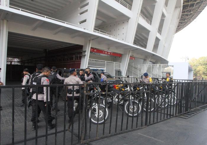 Nhiều cảnh sát được bố trí xung quanh sân vận động. Đây là động thái khắc phục những sai sót trong khâu tổ chức ở trận đấu trước. Theo LĐBĐ Indonesia, nước chủ nhà đang làm mọi cách để đảm bảo an ninh ở những trận đấu diễn ra trên sân Bung Karno.