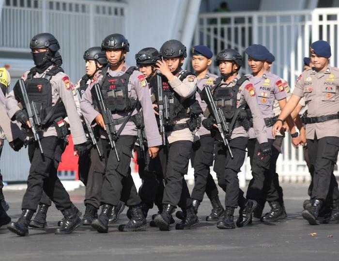 Dù đã được cảnh bảo về mối lo ngại liên quan đến bạo động ở Indonesia, như sự vụ gây chấn động ở trận Malaysia- Indonesia cách đây ít ngày, nhưng tối nay vẫn xảy ra một vụ lộn xộn nhỏ của các CĐV đội nhà ở bên ngoài sân Bung Karno.