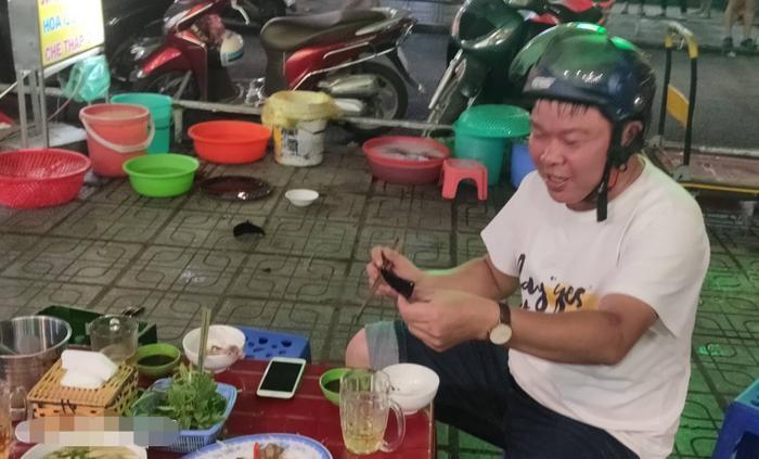 Một vị khách còn cẩn thận đội mũ bảo hiểm nhưng sau đó cũng vội thành toán vì mảnh bát rơi văng trúng vào bàn ăn.