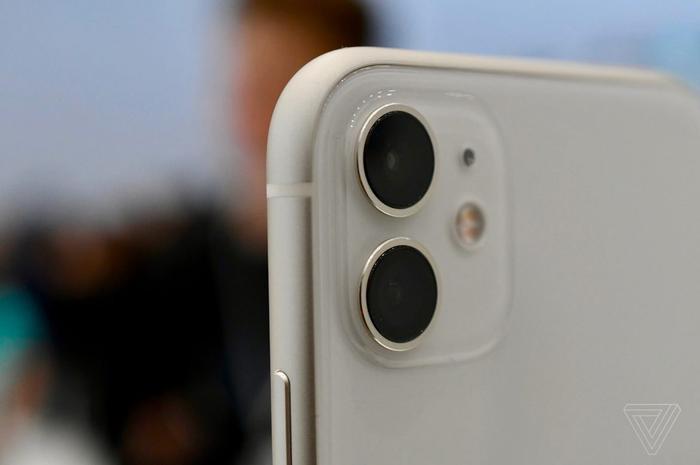 iPhone 11 với nâng cấp đáng gía nằm ở cụm camera kép ở mặt lưng. (Ảnh: The Verge)