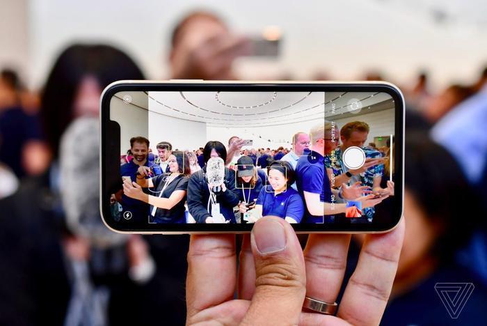 Đúng như dự đoán, iPhone mới không có nhiều khác biệt về ngoại hình so với thiết bị tiền nhiệm. (Ảnh: The Verge)