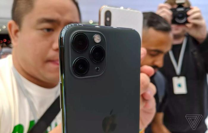 Cả ba chiếc iPhone mới của Apple năm nay sẽ lên kệ cùng một thời điểm. (Ảnh: The Verge)
