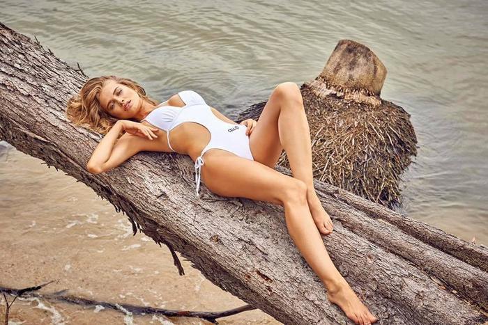 Người đẹp 26 tuổi còn ký hợp đồng với nhiều thương hiệu uy tín như Victoria's Secret, Guess, Bebe, Intimissimi…