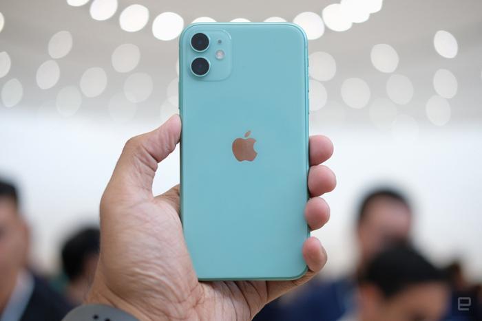 Điểm nâng cấp đáng giá của chiếc iPhone 11 năm nay so với iPhone XR của năm ngoái đến từ cụm camera vuông ở mặt lưng thiết bị, trong đó bao gồm hai ống kính đặt dọc và đèn flash LED ở ngay cạnh.(Ảnh:Engadget)