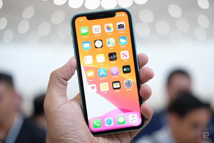 Máy vẫn có thiết kế 'tai thỏ' đã có mặt trên dòng iPhone X series. Máy cũng có thiết kế viền cạnh xung quanh dày giống chiếc iPhone XR tiền nhiệm.(Ảnh:Engadget)