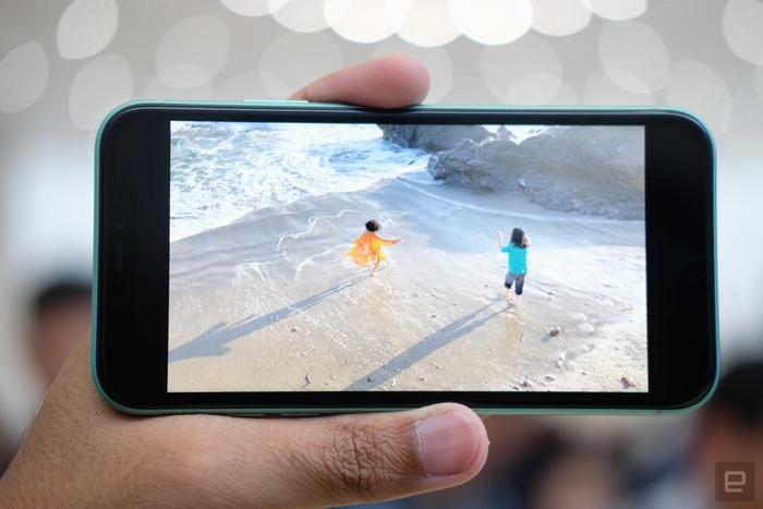 iPhone 11 trang bị màn hình công nghệ LCD độ phân giải 1.792 x 828 pixel thay vì OLED. Đây là điểm trừ đầu tiên trên chiếc iPhone giá rẻ của Apple khi so với 2 phiên bản cao cấp là iPhone 11 Pro/ 11 Pro Max và các thiết bị Android trong cùng phân khúc.(Ảnh:Engadget)
