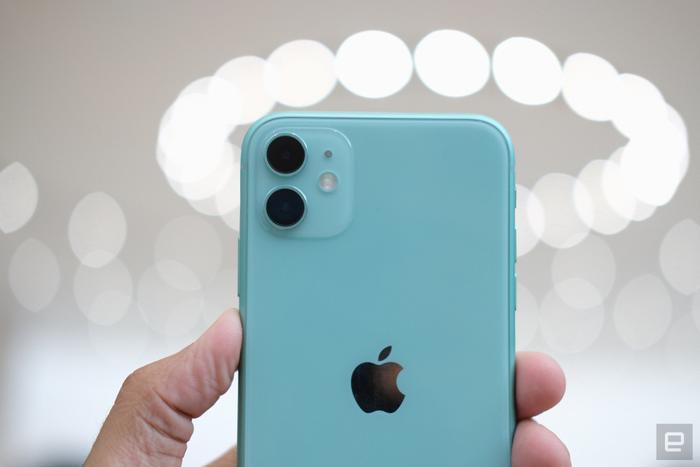 Cụm camera kép này bao gồm một camera chính và một camera góc siêu rộng (tương đương tiêu cự 13mm ở hệ full-frame). Chỉ cần nhìn sơ qua, có thể thấy cụm camera trên iPhone 11 lồi hẳnlêntrông thấyso vớicác thiết bị tiền nhiệm.(Ảnh:Engadget)