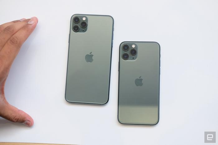 Thay đổi đáng chú ý trên thế hệ iPhone mới là cụm camera với 3 ống kính khổng lồ nổi bật trên mặt lưng thiết bị.(Ảnh:Engadget)
