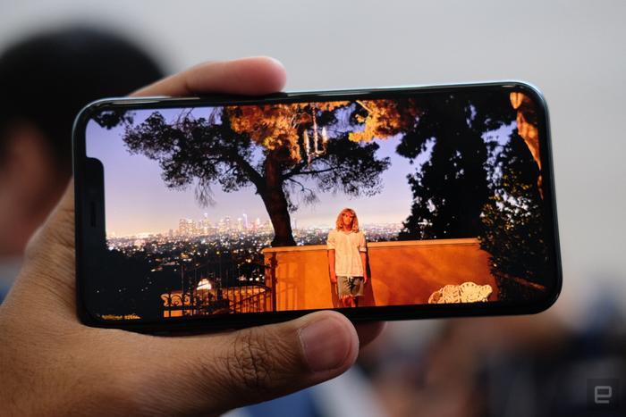Màn hình này được Apple gọi là Super Retina XDR, được hãng tinh chỉnh từ tấm nền OLED. Nó hỗ trợ các công nghệ hiển thị hàng đầu như TrueTone, Dolby Vision, gam màu rộng, HDR 10 cũng như có độ sáng lên tới 1200 nit.(Ảnh:Engadget)