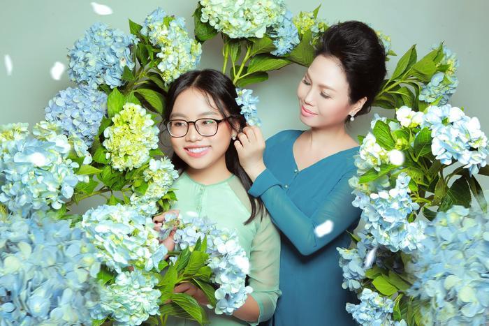 Phương Mỹ Chi kết hợp cùng ca sĩ Thuỳ Trang trongBông bưởi hoa cau và liên khúc Gió bấc – Lý con sáo Bạc Liêu.