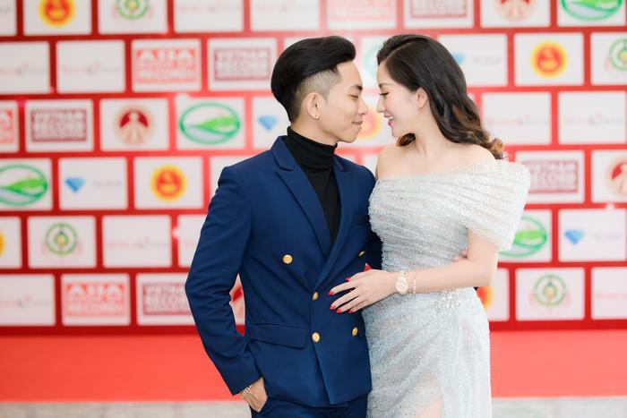 Anh và Khánh Thi cũng không ngại ngùng trao nhao những cử chỉ ngọt ngào.