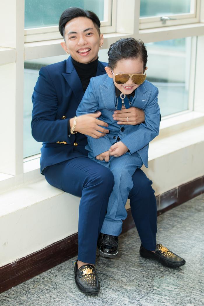 Phan Hiển vui vẻ chơi đùa cùng con trai tại sự kiện
