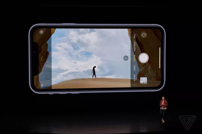 iPhone 11 đánh dấu lần đầu tiên Apple đưa tính năng chụp ảnh góc siêu rộng lên sản phẩm của mình. (Ảnh: The Verge)