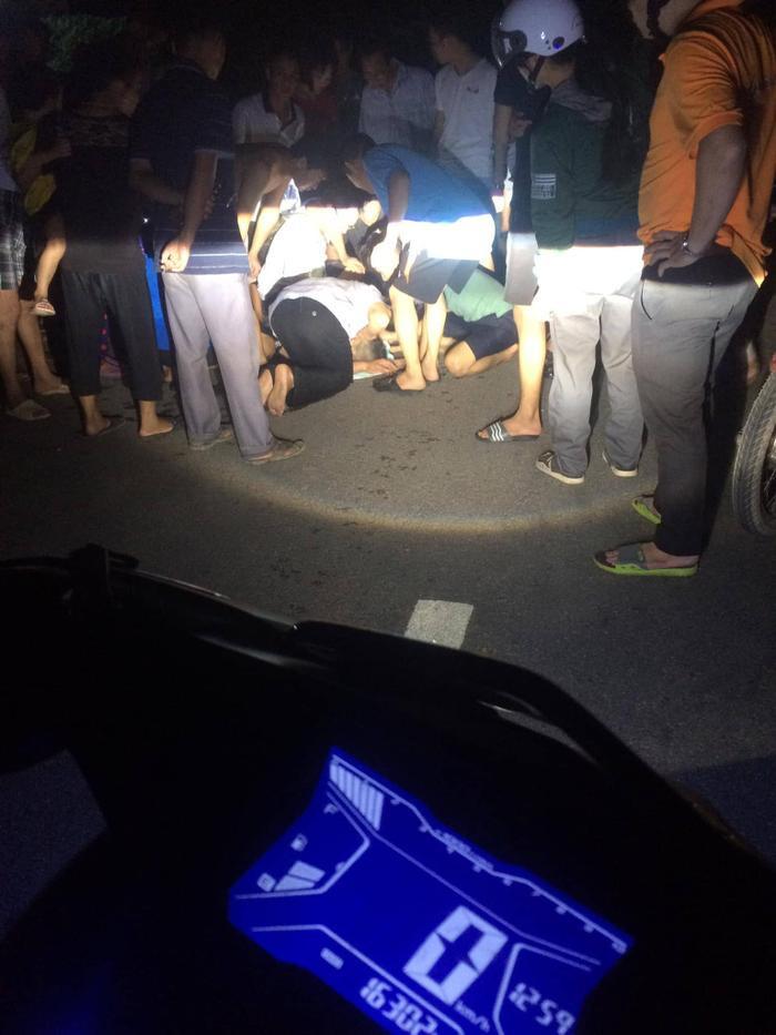 Rất đông người dân tập trung tại khu vực gần nơi cháu bé gặp nạn.