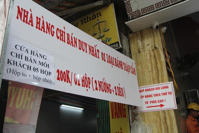 Cung không đủ cầu nên chủ tiệm bánh Bảo Phương đã treo biển bán duy nhất 1 loại bánh thập cẩm và mỗi khách chỉ được mua tối đa 5 hộp với giá 200 nghìn đồng/hộp.