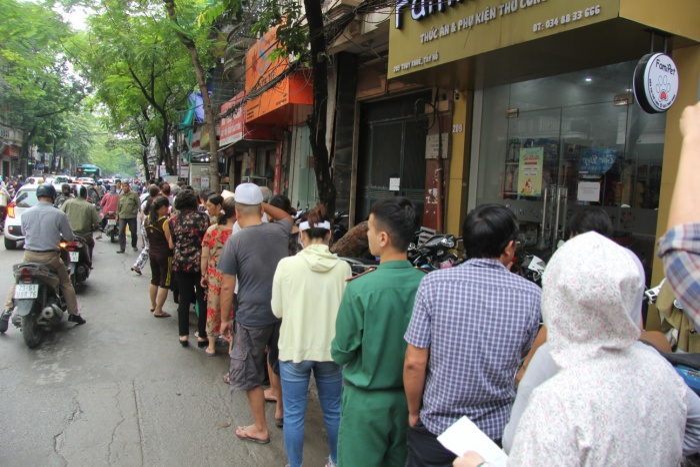 Cảnh người dân kiên nhẫn xếp thành hàng dài cả trăm mét chờ đợi khiến nhiều người đi qua vô cùng ngạc nhiên.