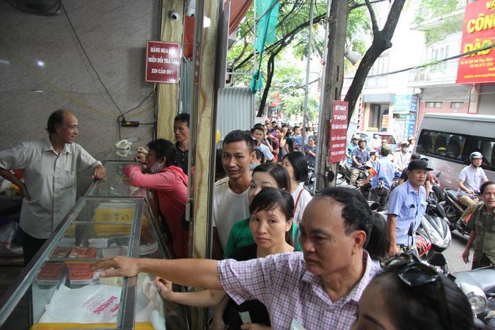 Do lượng người mua quá lớn trong khi số lượng bánh Trung thu sản xuất có hạn khiến nhiều người phải chờ đợi.