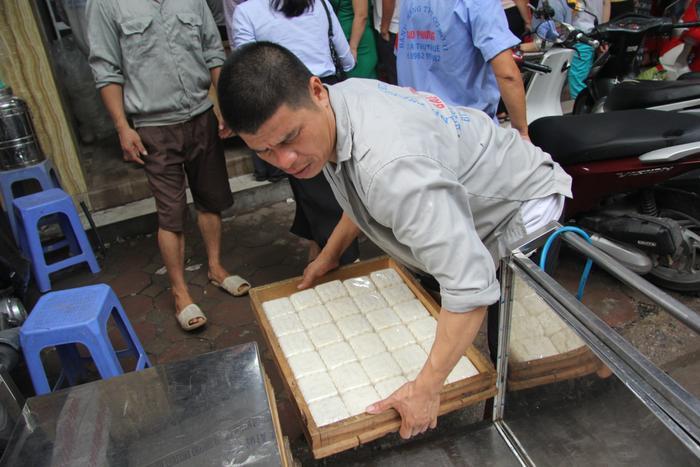 Hàng trăm công nhân làm bánh không đủ cung ứng cho nhu cầu của người dân.