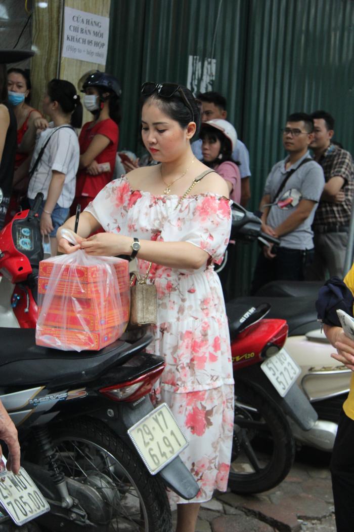Chị Vy (ở Đà Nẵng) vượt quãng đường hàng trăm km ra thủ đô xếp hàng cả tiếng đồng hồ chờ mua được 5 hộp bánh trung thu.