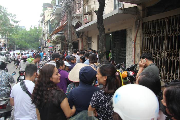 Tại tiệm bánh Trung thu Bảo Phương cơ sở 1 cách đó khoảng 100m cũng đông kín khách xếp hàng.