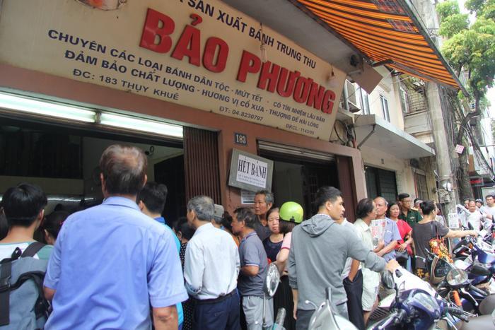 Tiệm cũng đã treo biển hết bánh khiến nhiều khách hàng lo sợ không mua được.