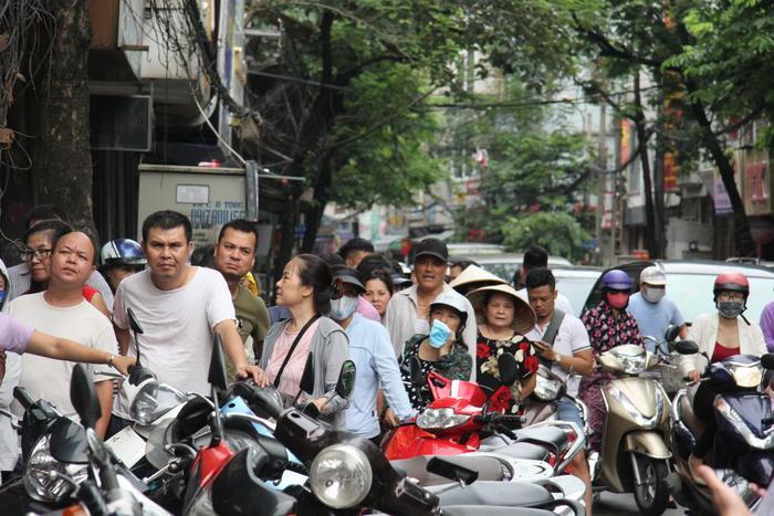 Người dân xếp hàng khiến tuyến đường luôn đông nghịt thêm ùn tắc.