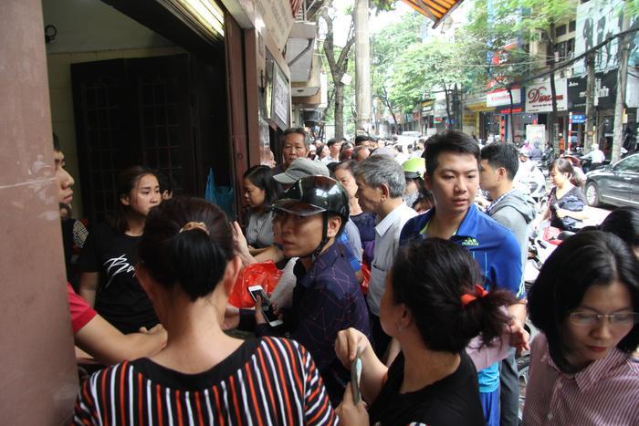 Một số người đôi lúc xảy ra tình trạng chen lấn khiến nhân viên bảo vệ tiệm bánh phải đứng ra nhắc nhở.