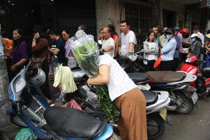 Lượng mua quá lớn người phụ nữ ôm bó hoa sau một hồi xếp hàng không đủ kiên nhẫn đã rời đi.