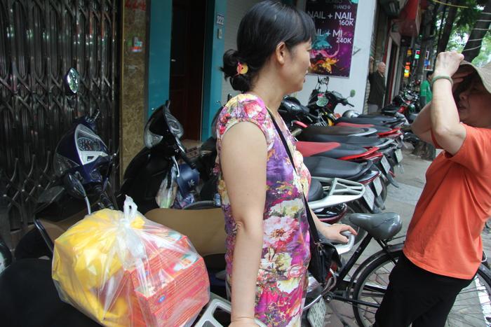 Cô Huyền (ở quận Thanh Xuân, Hà Nội) cho biết, đi từ hơn 6h sáng xếp hàng hơn 1 giờ đồng hồ cuối cùng cô cũng mua được 5 hộp bánh về thắp hương và biếu người thân.