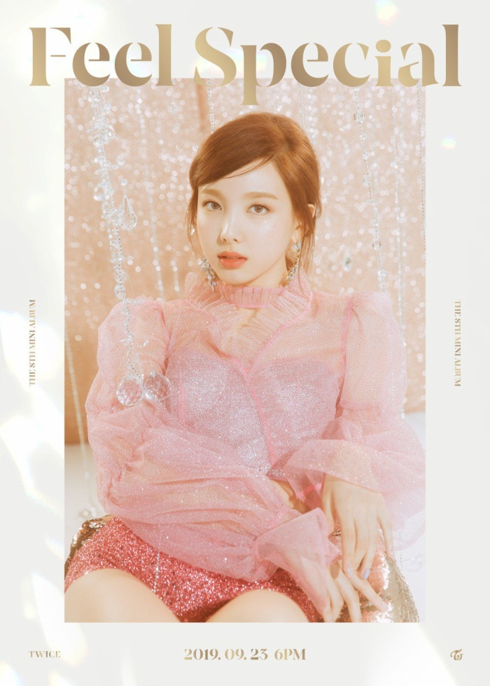 Nayeon với nhan sắc ngọt ngào trong trang phục màu hồng lấp lánh.