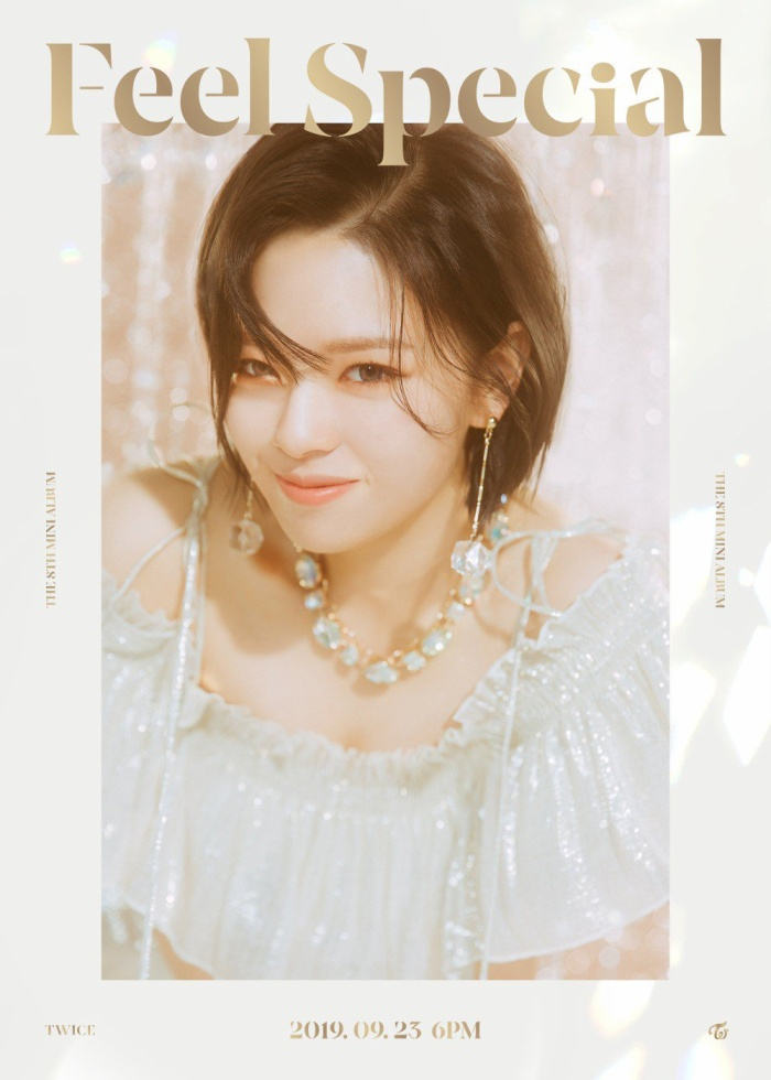 Jungyeon lại gây ấn tượng với mái tóc ngắn cực cá tính.