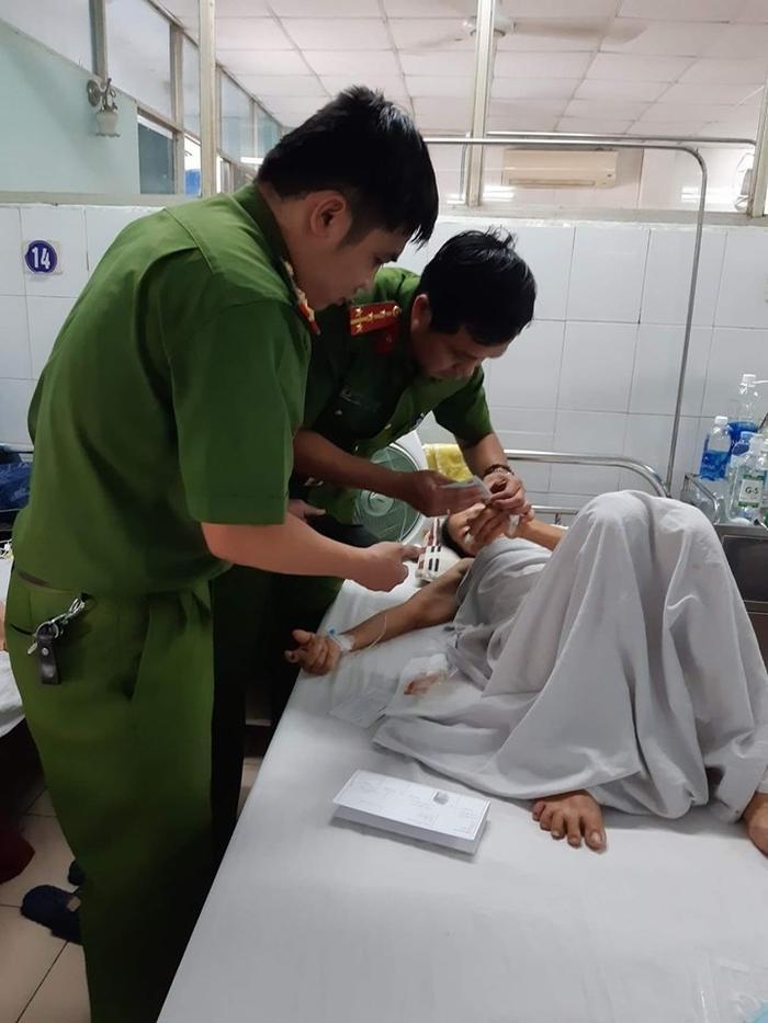 Đội Cảnh sát QLHC về TTXH - Công an quận Cẩm Lệ đến tận giường bệnh cấp CMND cho bệnh nhân kịp làm thủ tục bảo hiểm (Ảnh: CA Đà Nẵng)