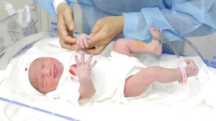 Những hình ảnh của Lê Phương trong phòng mổ và khoảnh khắc em bé sau khi chào đời đã làm nhiều người không tránh khỏi xúc động