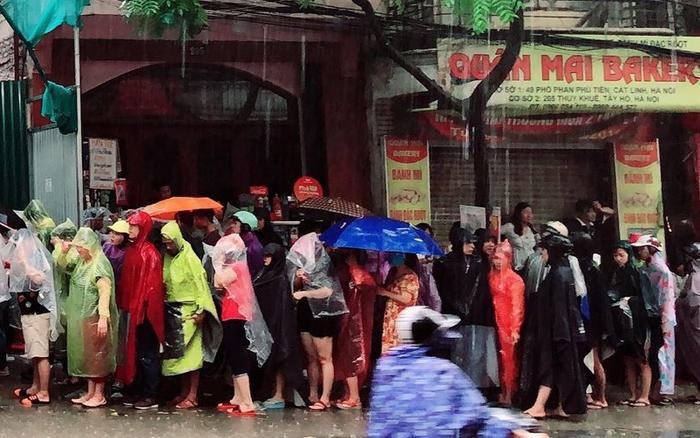 Dù xếp hàng dưới mưa nhưng ai nấy đều kiên nhẫn chờ đợi.