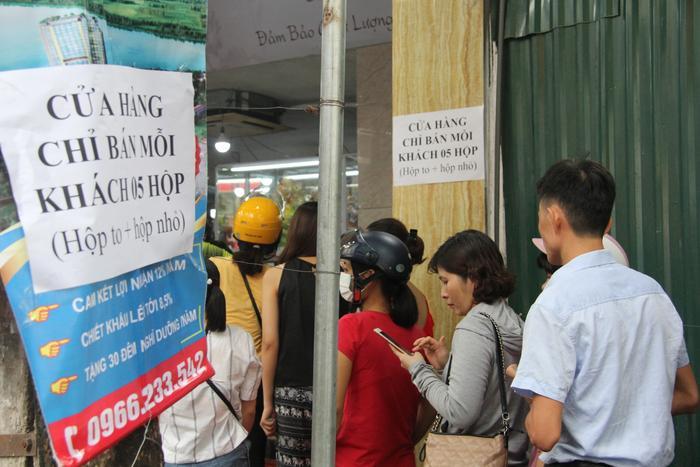 Cửa hàng cũng treo biển giới hạn mỗi khách chỉ được mua 5 hộp.