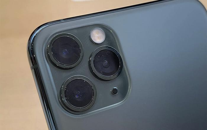 Cụm camera của thế hệ iPhone 11 không chỉ lồi mà còn lồi những 2 lần trên mặt lưng thiết bị. (Ảnh: Cnet)