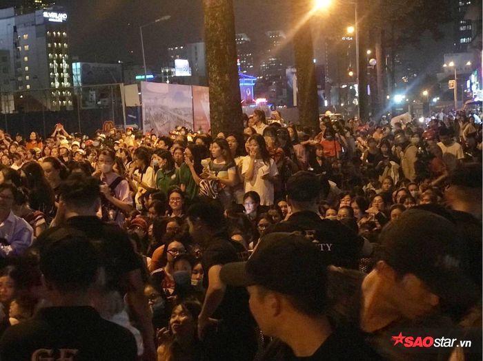 Rất đông người dân hiếu kỳ đã có mặt để chờ sự xuất hiện của Ji Chang Wook gây ùn tắc giao thông.