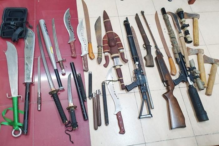 Hung khí, vũ khí bị lực lượng chức năng thu giữ tại tiệm cầm đồ của Tưởng. Ảnh: Lao Động