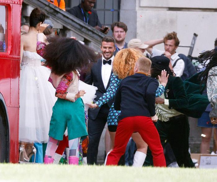 David Beckham hợp tác với Angelababy bị dân mạng Anh nói bóng gió: Anh ta chưa từng cười như vậy với vợ mình bao giờ cả ảnh 1