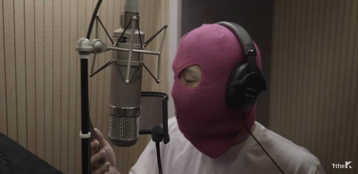 Nam rapper Mommy Son khiến nhiều người tò mò vì chiếc khăn trùm kín mặt.