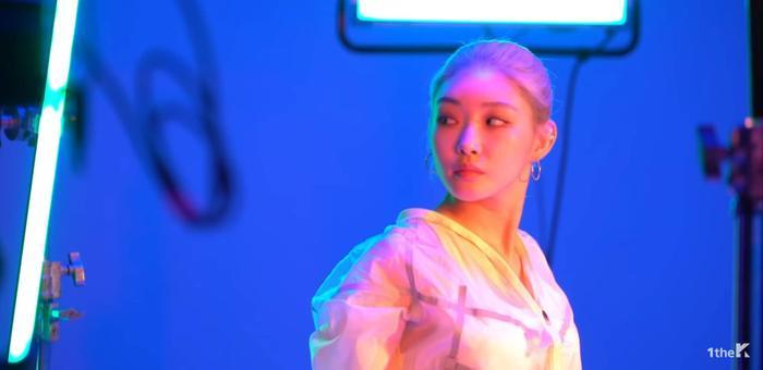Chungha trong MV Fast hợp tác cùng rapper Mommy Son.