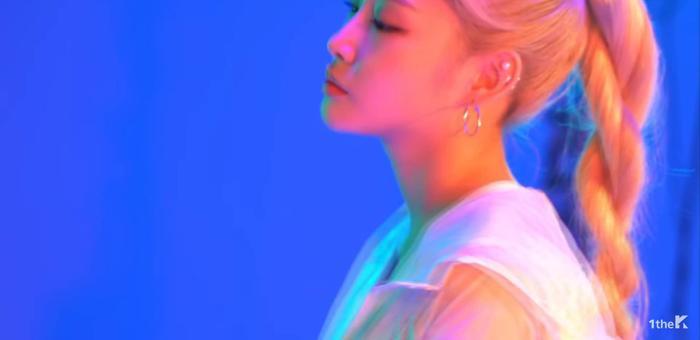 Chungha xuất hiện xinh đẹp trong MV.