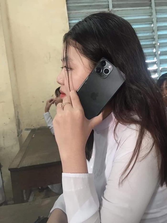 Còn cô nàng này thì tự tin khoe ảnh của mình bên chiếc ốp lưng chính hiệu Iphone 11