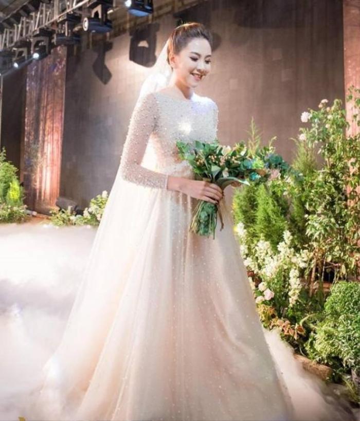 Cận cảnh bộ váy cưới đính 10.000 viên pha lê, ngọc trai cùng nhiều loại đá cao cấp được thiết kế riêng trong đám cưới của Mai Ngọc