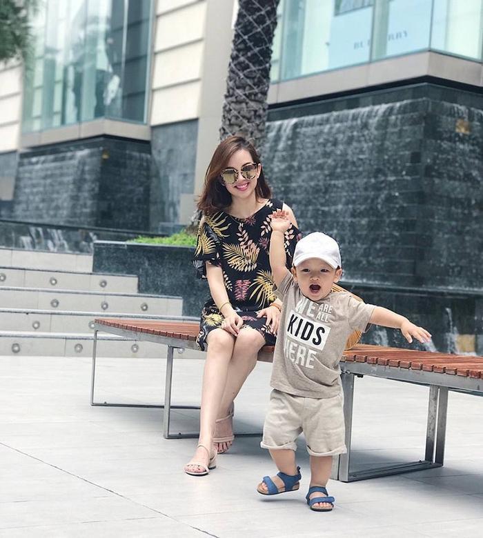 Sau 4 năm làm mẹ đơn thân, cựu hotgirl 1990 đang có cuộc sống khá bình yên bên con trai của mình.