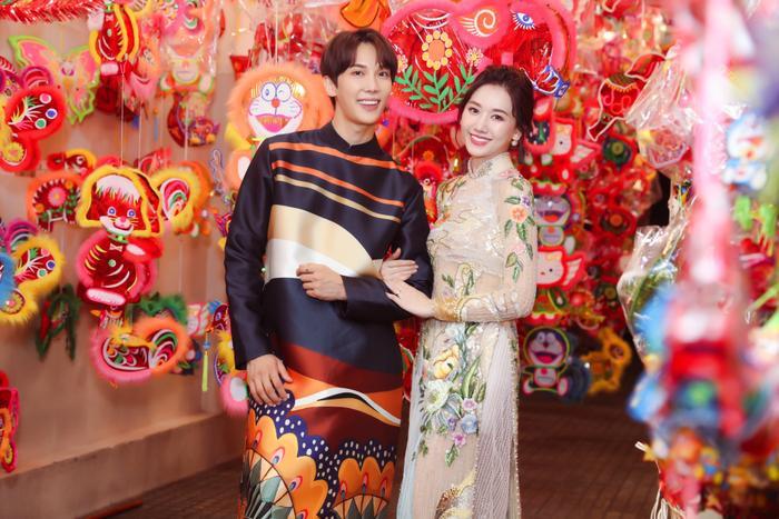 Hari Won và Park Jung Min rạng rỡ trong tà Áo dài mang đậm nét truyền thống Việt Nam.