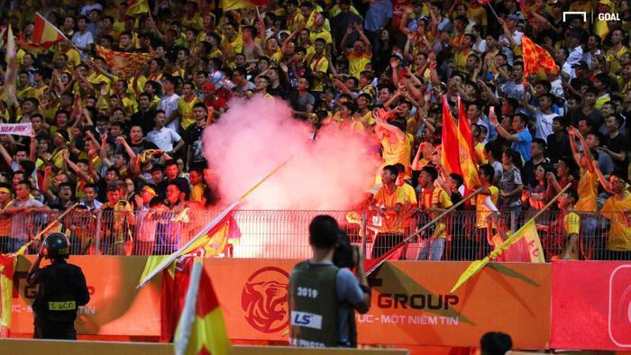 Pháo sáng được CĐV Nam ĐỊnh ném xuống sân Hàng Đẫy để phản đối trọng tài. (Ảnh: Goal.vn)