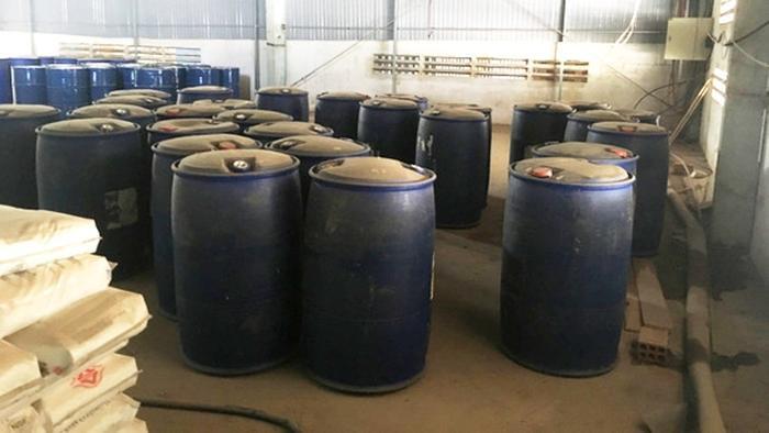 Phát hiện khối lượng lớn hóa chất chứa trong 286 thùng phuy, 300 bao bột dùng để sản xuất ma túy trong 2 kho xưởng ở Bình Định. Ảnh: VietNamNet